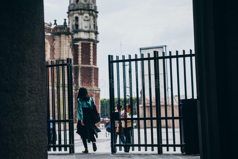 LE MEXIQUE - 20 SEPTEMBRE : Femme marchant hors de la basilique de notre Madame Guadalupe le jour après le tremblement de terre images stock