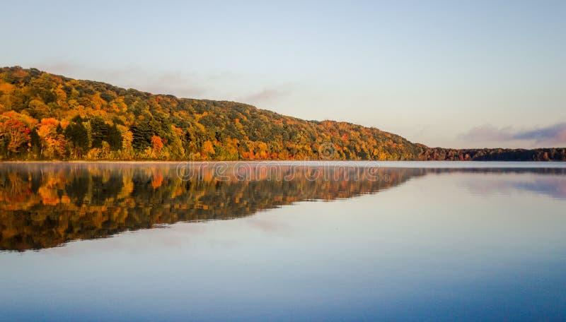 Le Michigan Autumn Wilderness Lake Reflections photos stock
