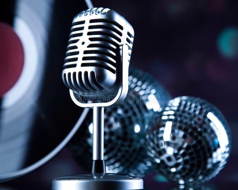 Le microphone, boule de disco, musique a saturé le concept image stock