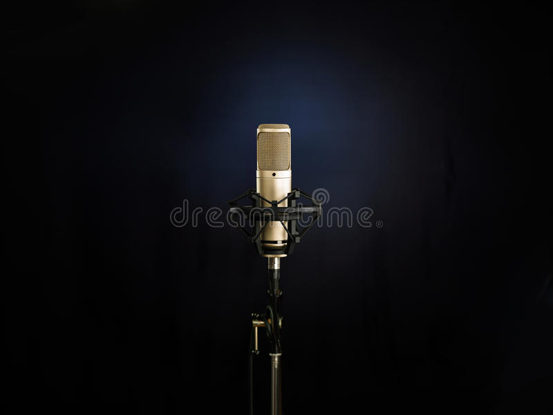 Le microphone d'or photo stock