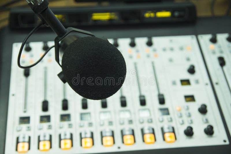 Le microphone dans le studio par radio photo stock
