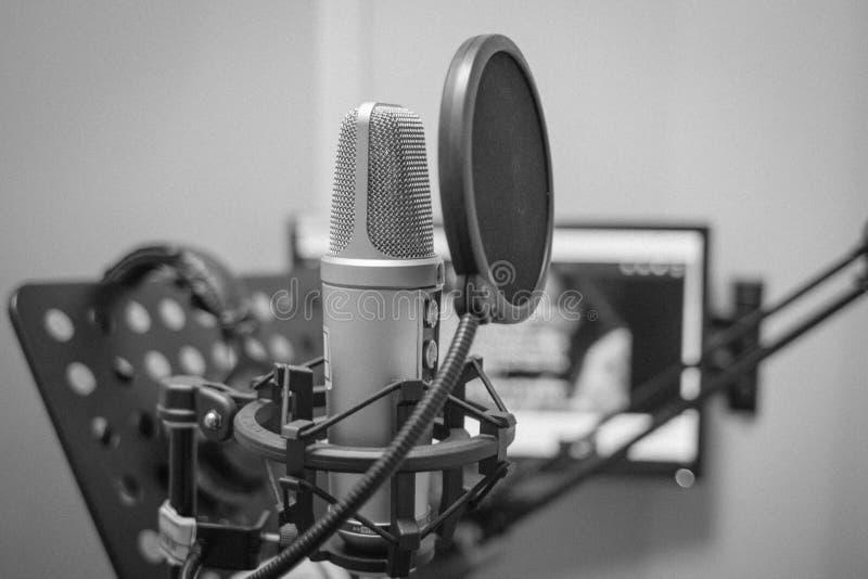 Le microphone et tout autre équipement pour le marquage des films, des complots de télévision, de la publicité et d'autre photo stock