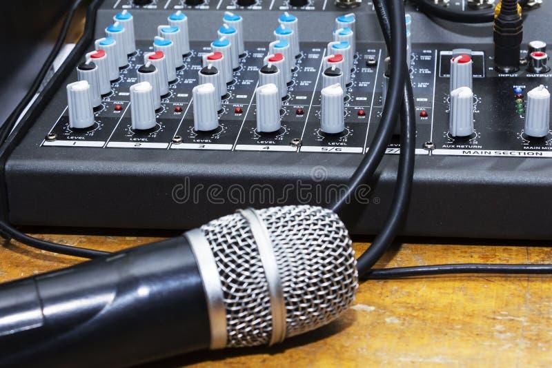 Le microphone professionnel de studio de condensateur au-dessus du musicien a brouillé le fond et le mélangeur audio, concept d'i photos libres de droits