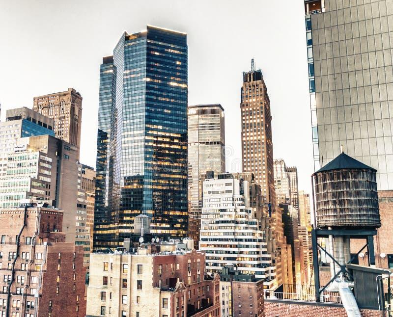Le Midtown s'allume une belle soirée, New York de dessus de toit photo stock
