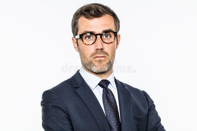 Le milieu barbu de rêverie a vieilli l'homme d'affaires avec des lunettes pensant à la direction photographie stock