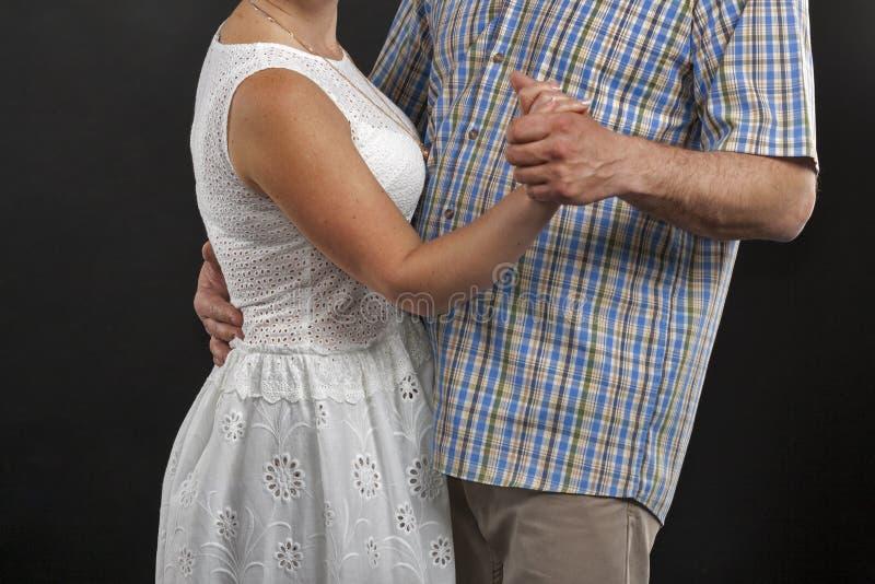 Le milieu caucasien non reconnu a vieilli la danse de couples contre le noir image stock