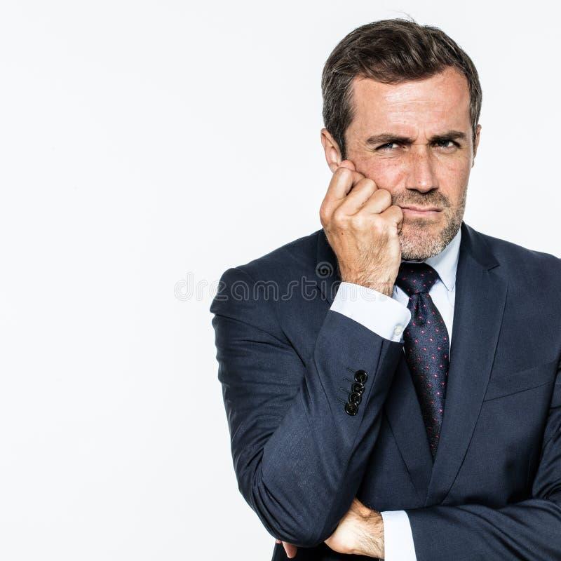 Le milieu circonspect a vieilli l'homme d'affaires barbu cherchant pour les solutions futées de gestion photos stock