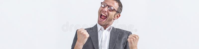 Le milieu enthousiaste a vieilli l'homme d'affaires criant sa victoire, longue bannière blanche images libres de droits