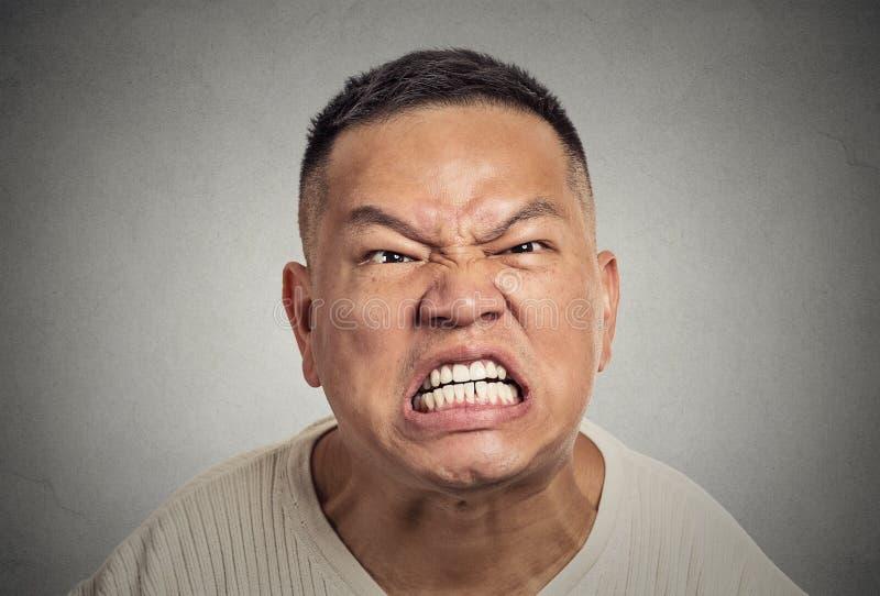 Le milieu fâché de Headshot a vieilli l'homme avec des cris agressifs de bouche ouverte photo stock