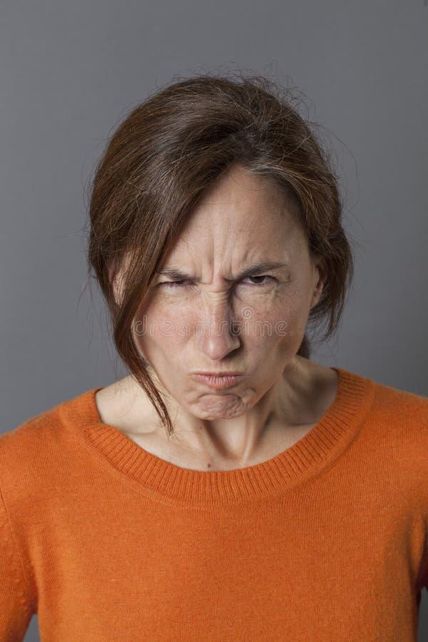 Le milieu malheureux a vieilli la femme maugréant et boudant, exprimant la colère photos libres de droits