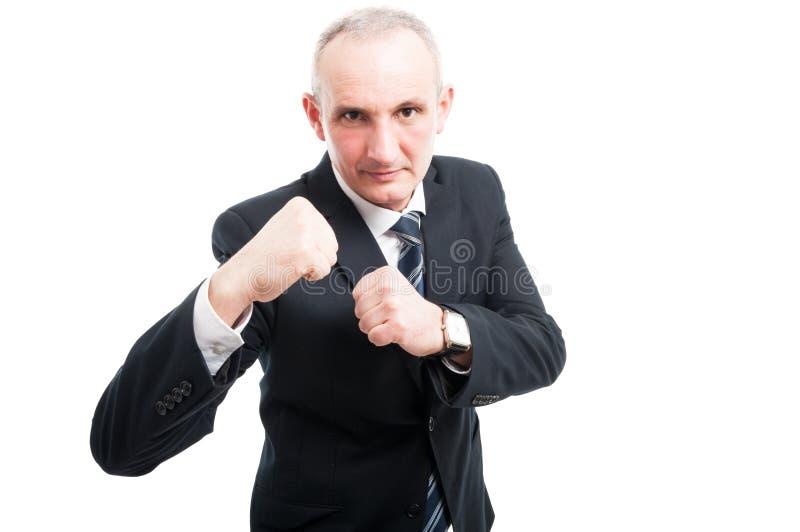 Le milieu a vieilli l'homme élégant se tenant en position de combat photo stock