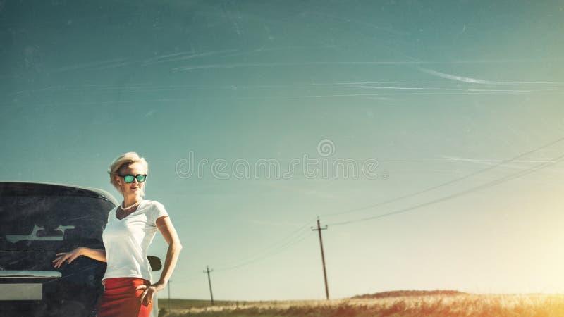 Le milieu a vieilli la femme ind?pendante appr?cie l'aventure de route Image modifi?e la tonalit? avec les ?raflures et le copie- images stock
