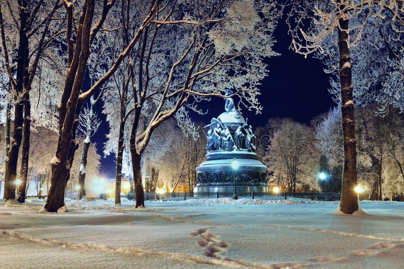 Le millénaire de monument de la Russie dans Veliky Novgorod par nuit d'hiver image stock