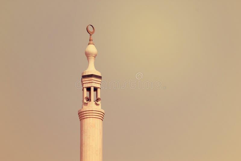 Le minaret de la mosquée de Jumeirah illuminé à la soirée en plage de Jumeirah, EAU le 21 juillet 2017 photographie stock libre de droits