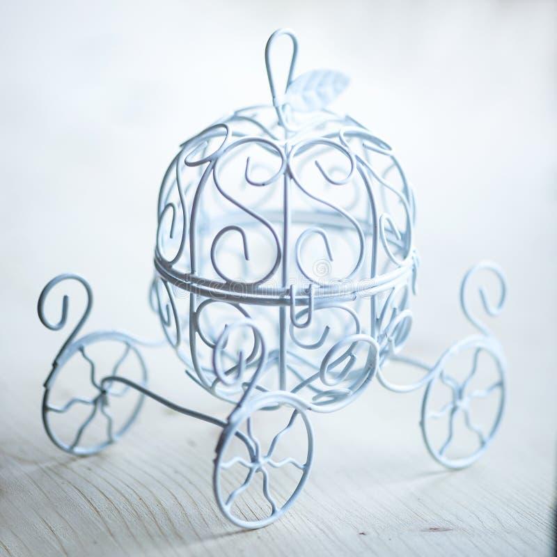 Le mini car de vintage pour Cendrillon d'un conte de fées, metal le fond blanc photographie stock libre de droits