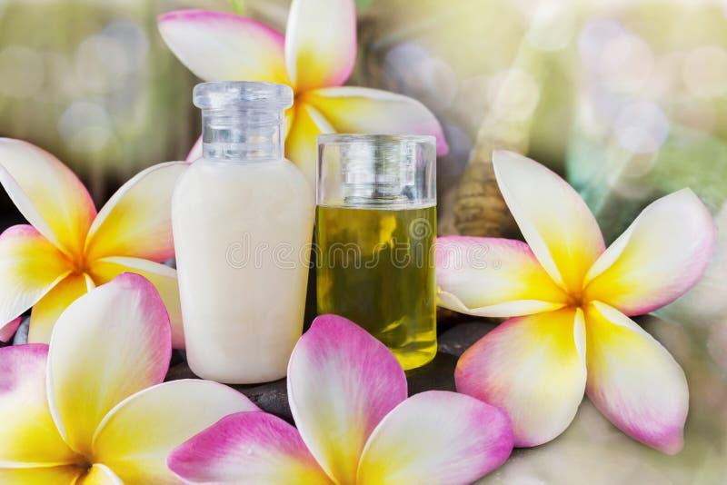 Le mini ensemble de bain moussant et la douche gélifient le liquide avec les fleurs roses photo stock