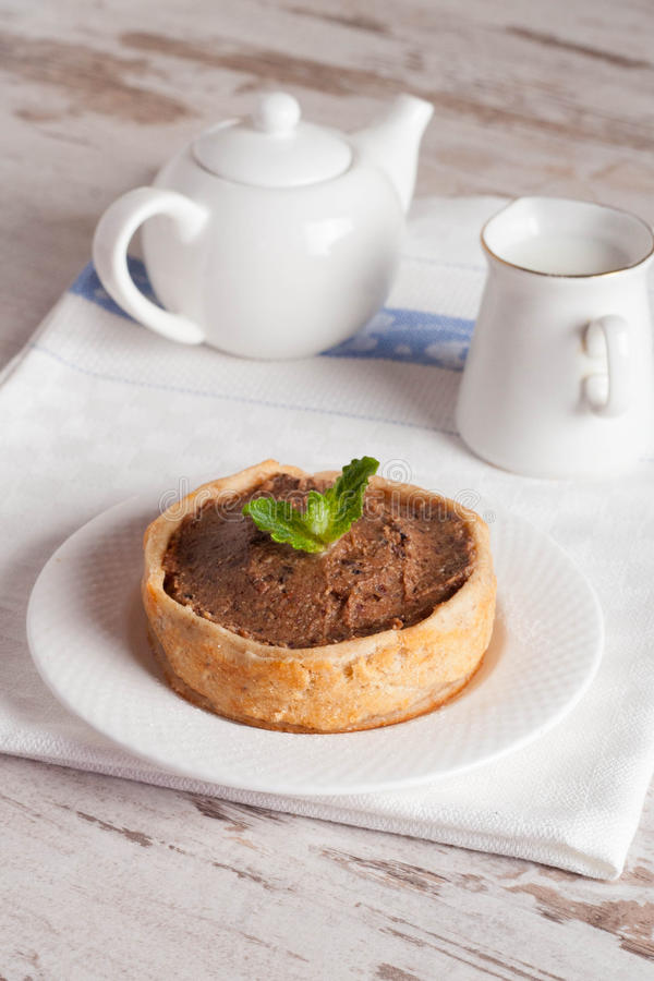 Le mini gâteau avec de la crème et le lait de chocolat, se ferment  photographie stock