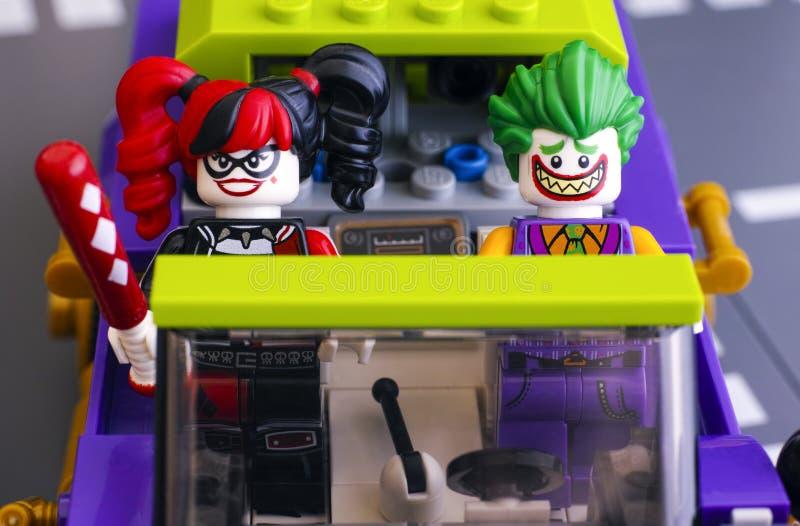 Le minifigure di Lego The Joker e Harley Quinn nella famigerata macchina di Joker Lowrider fotografie stock