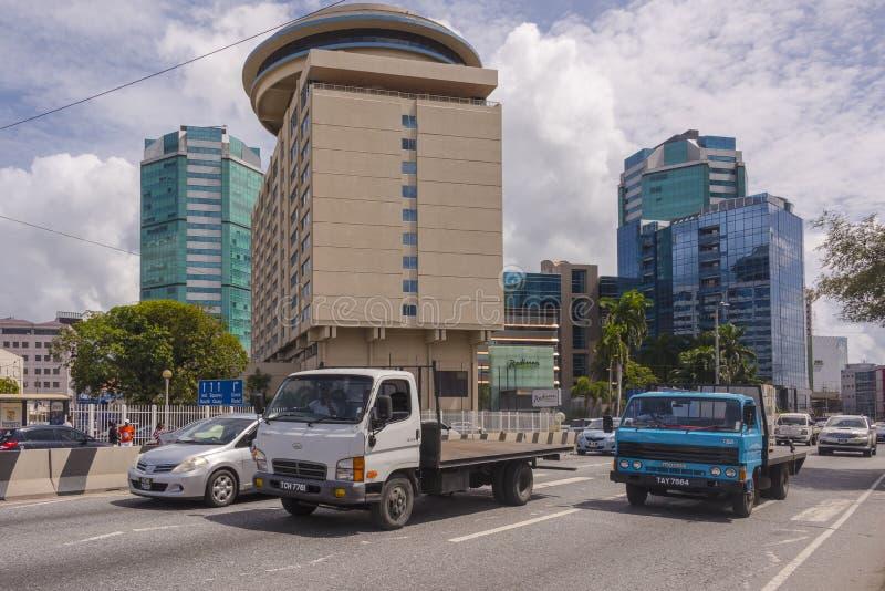 Le ministère des finances et panneau de service des impôts britannique, route de Wrightson, Port-d'Espagne, Trinidad à l'intersec photographie stock