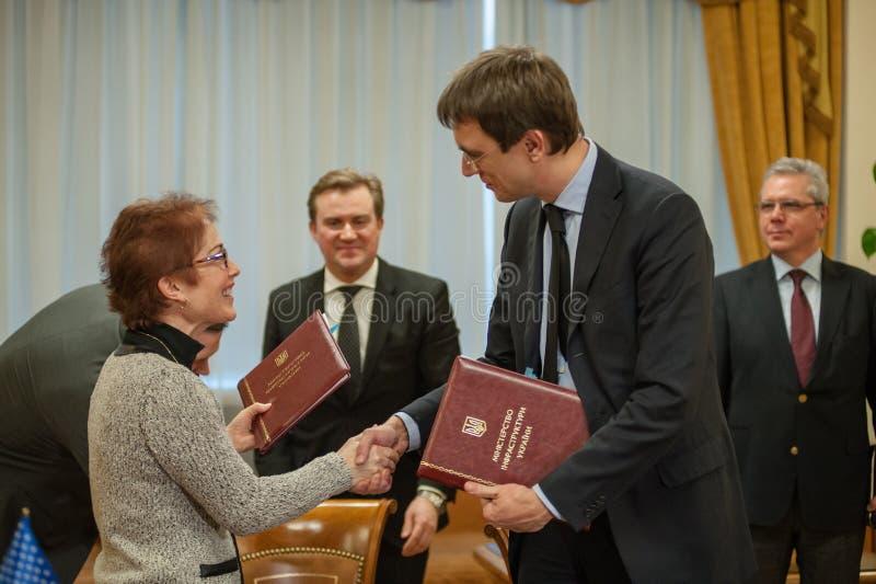 Le ministre de l'infrastructure de l'Ukraine et de l'ambassadeur des USA en Ukraine a signé un mémorandum images stock