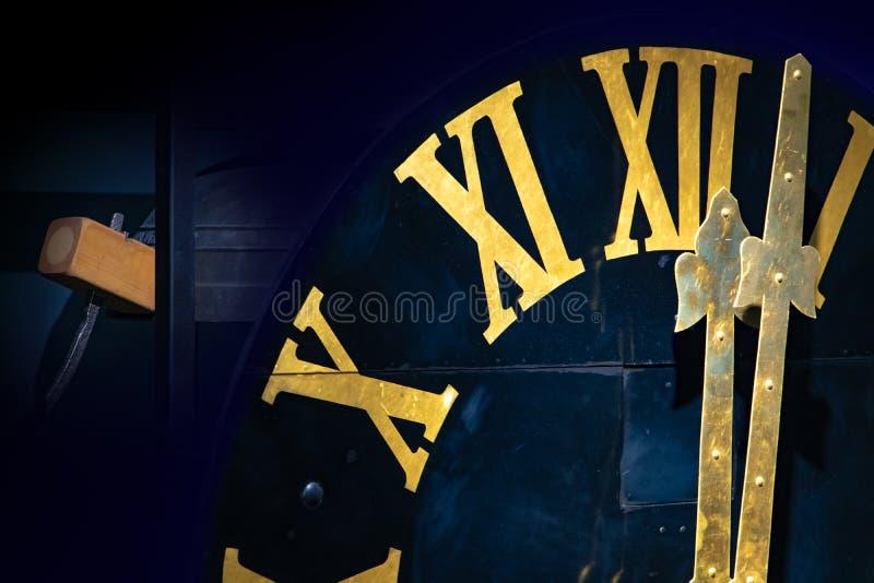 Le minuit sur l'horloge de tour photographie stock libre de droits