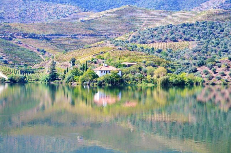 Le miroir de l'eau à la rivière de Douro - une maison et le paysage photographie stock