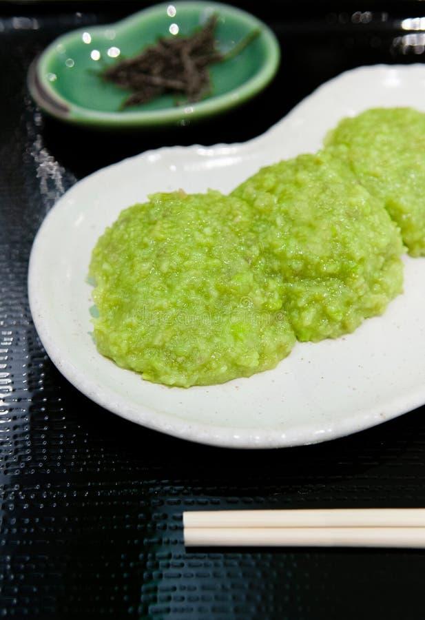 Le mochi de Zunda ou le Mochi avec la pâte de soja vert a servi avec le thé vert à Sendaï, Japon images libres de droits