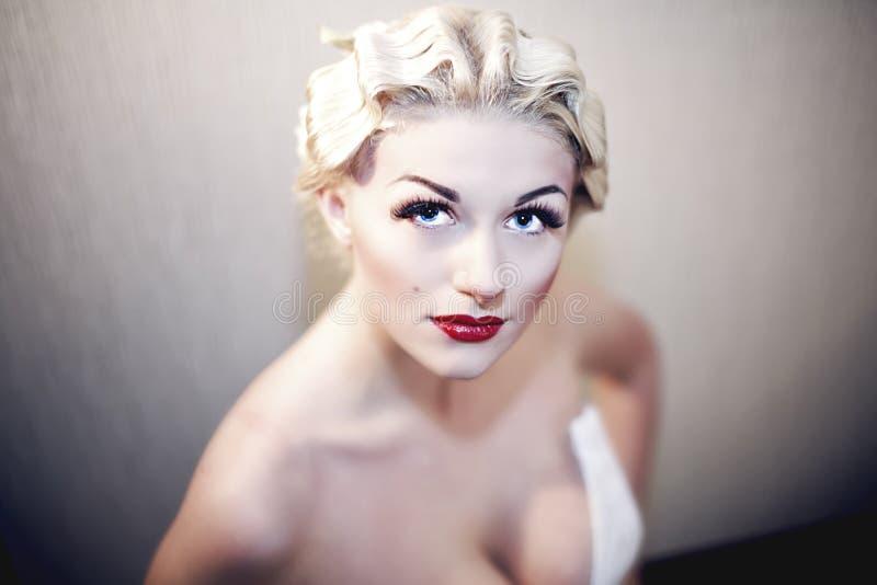 Le modèle assez blond de fille aiment Marilyn Monroe images libres de droits