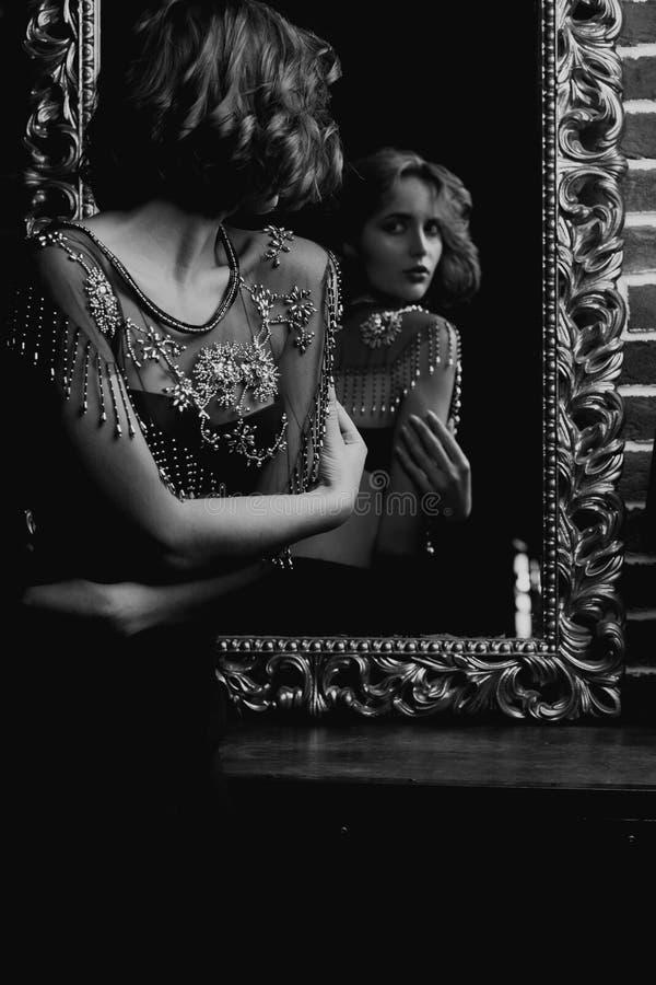 Le modèle attrayant de brune porte le soutien-gorge, regardant au miroir Pékin, photo noire et blanche de la Chine image stock