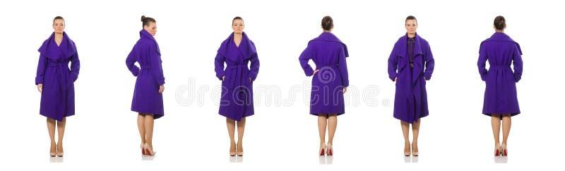 Le modèle caucasien dans le manteau pourpre d'isolement sur le blanc photos stock