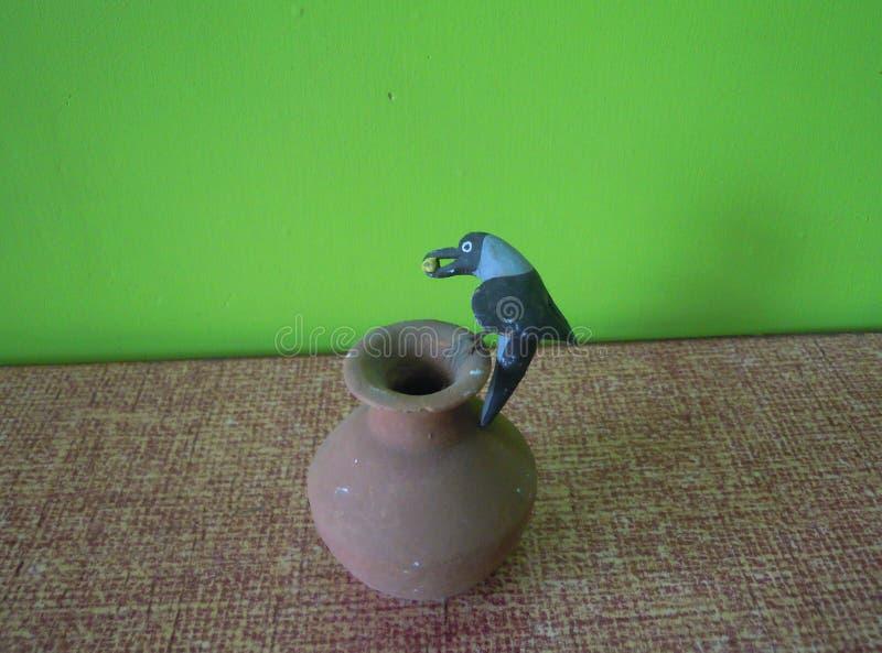 Le modèle d'argile de la corneille assoiffée photographie stock