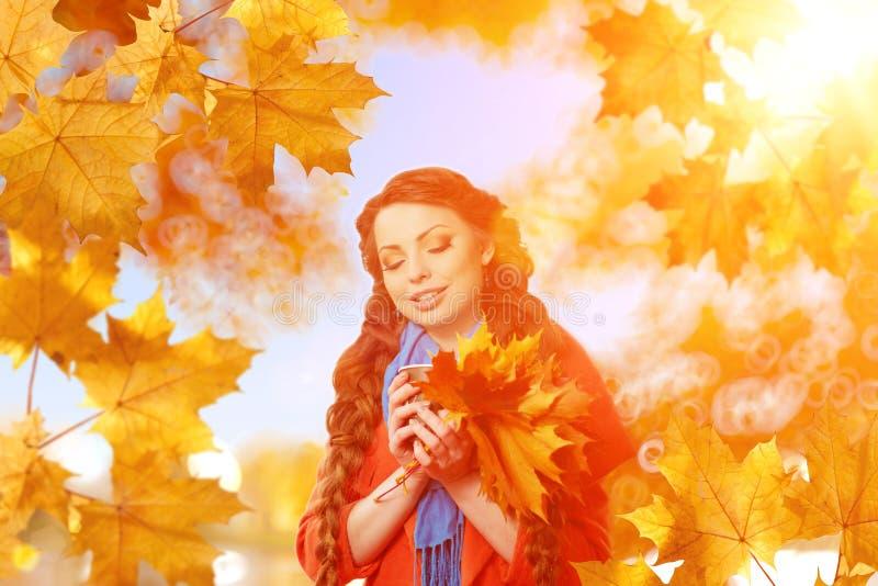 Le modèle d'automne, lumineux composent femme sur le paysage de chute de fond photos libres de droits