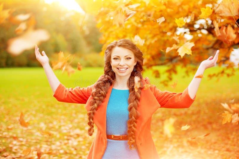 Le modèle d'automne, lumineux composent femme sur le paysage de chute de fond photo stock