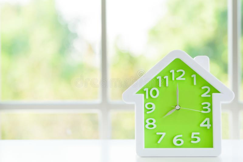 Le modèle d'horloge avec 8 a M et fond de fenêtre pendant le matin image stock