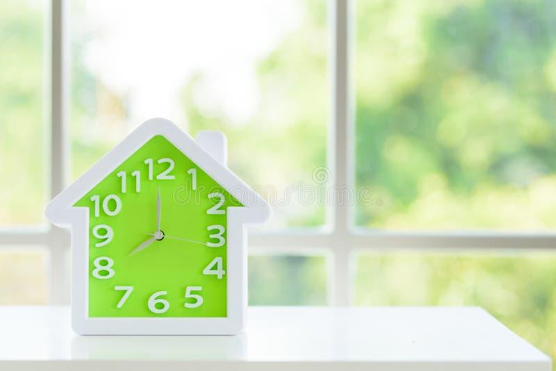Le modèle d'horloge avec 8 a M et fond de fenêtre pendant le matin images libres de droits