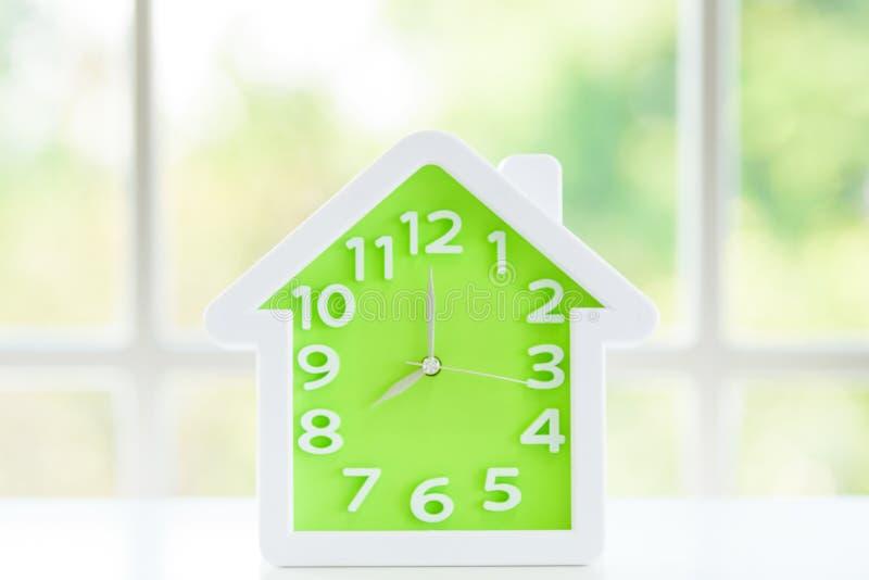 Le modèle d'horloge avec 8 a M et fond de fenêtre pendant le matin photo stock