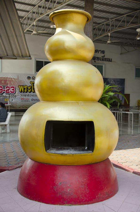 Le modèle de calebasse de fourneau pour le papier d'idole chinoise de brûlure adorent avec et ont brûlé en tant qu'offres sacrifi images stock