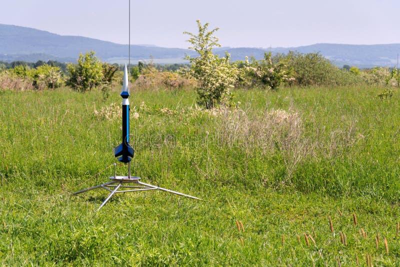 Le modèle de fusées se préparent au lancement de décollage, jour d'été photographie stock