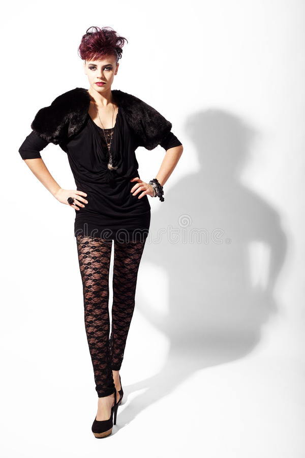 Le modèle de mode élevée reste la pose photos stock