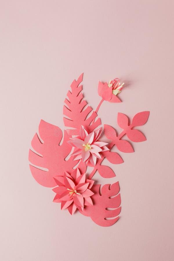 Le modèle de papier décoratif fait main de la fleur monochrome tropicale part sur un fond rose en pastel avec l'espace de copie V photo stock