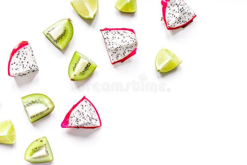 Le modèle exotique de fruits avec le kiwi, pitaya a isolé le backgroun blanc photos stock