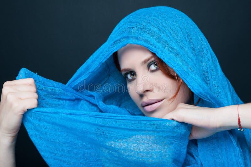 Le modèle femelle sexy avec le smokey composent photos libres de droits
