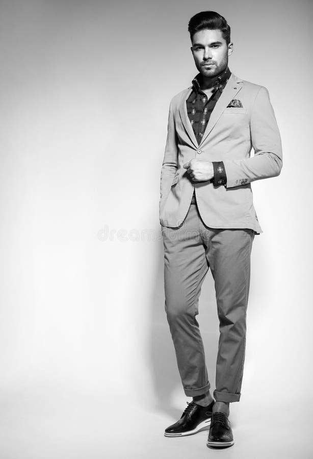 Le modèle masculin de mode attrayante a habillé élégant - pose occasionnelle contre le mur photographie stock