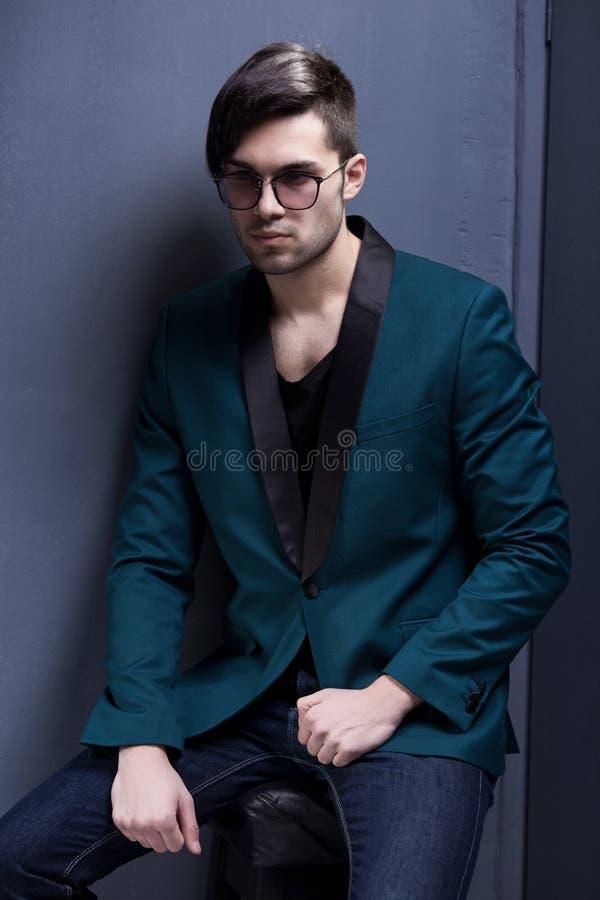 Le modèle masculin de mode sexy a habillé élégant - pose occasionnelle images stock