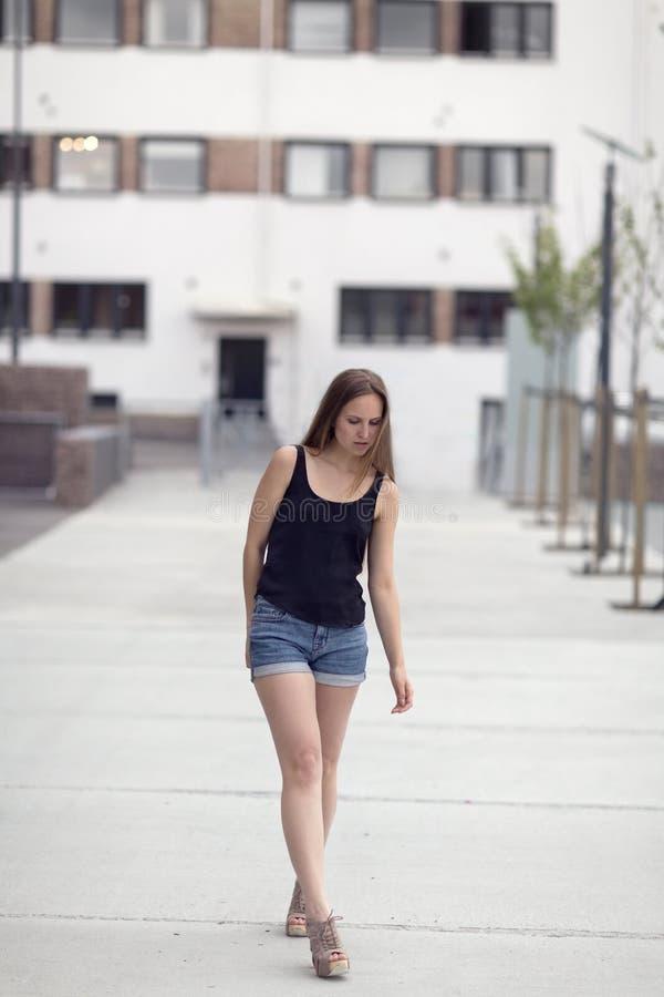 Le modèle nordique urbain de femme de mode marche dans la ville photographie stock