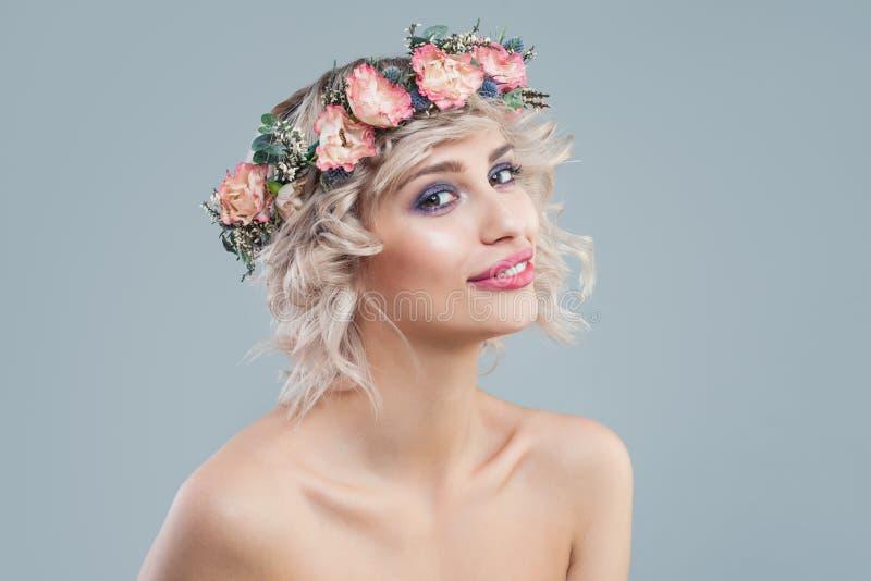 Le modèle parfait en fleurs couronnent le portrait Belle femme avec les cheveux bouclés blonds courts et le maquillage photographie stock libre de droits