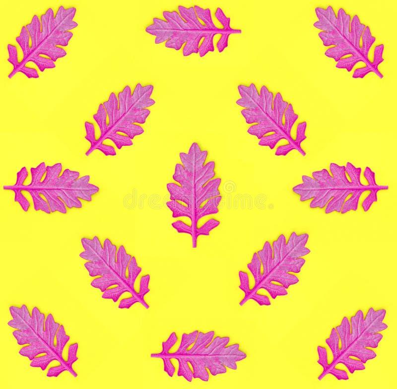 Le modèle sans couture avec le rose part sur le fond de papier jaune Style minimal d'art de bruit de mode Concept d'automne photographie stock
