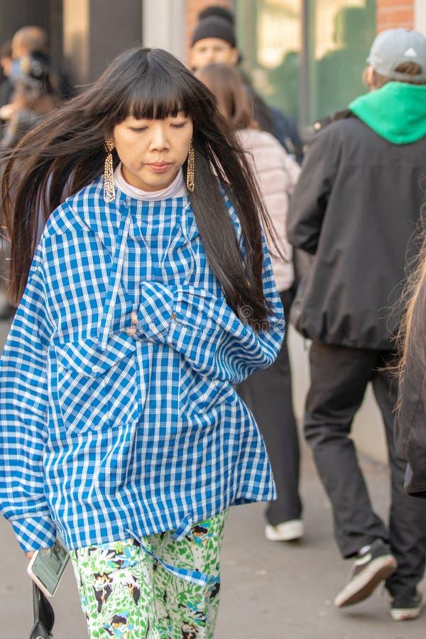 Le modèle utilise une chemise à carreaux bleue photo libre de droits