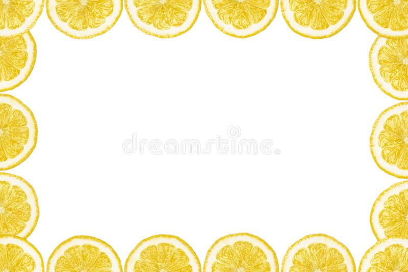 Le mod?le a fait ? partir des tranches fra?ches de citron sur un fond blanc avec l'espace de copie au milieu Vue a?rienne, flatla illustration libre de droits