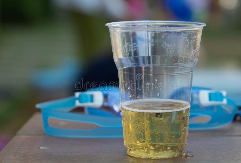Le mode de vie d'alcool de vitesse de natation en verre de bière détendent images libres de droits